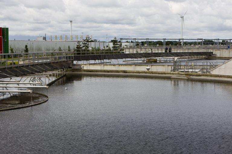 Terugwinnen van fosfaat uit ijzerfosfaat houdend zuiveringsslib