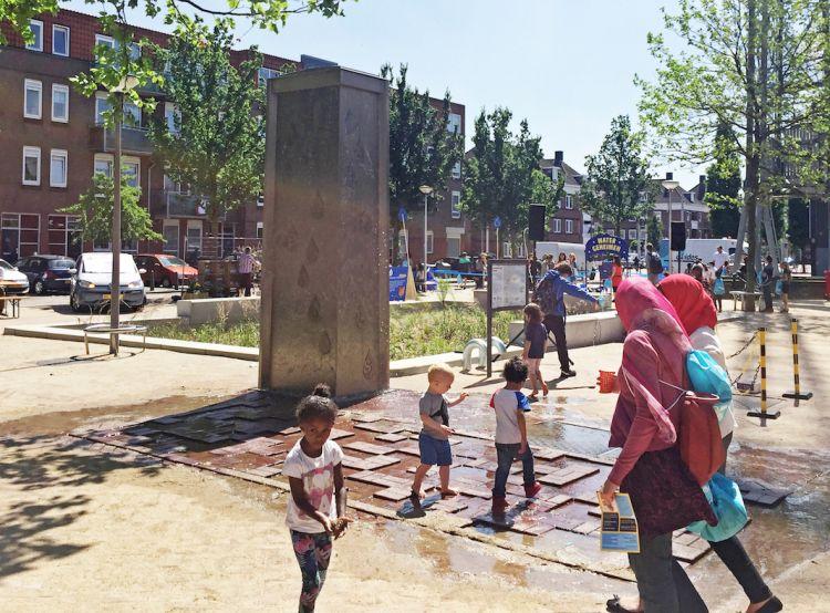 Waterelement op het plein naast het Sparta Stadion, Rotterdam-Spangen, als onderdeel van de Urban Waterbuffer (foto: Field Factors)